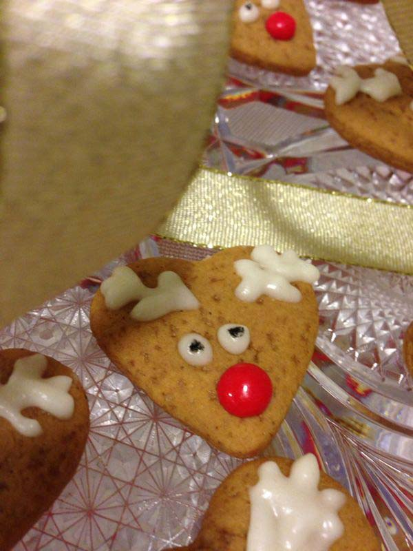 עוגיות ג'ינג'רברד מעוטרות